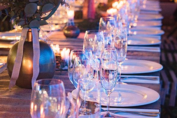 afbeelding van een gedekte tafel tijdens een diner voor Strong Babies