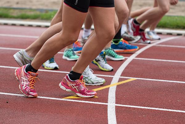 afbeelding van hardlopers tijdens een sponsorloop voor Strong Babies